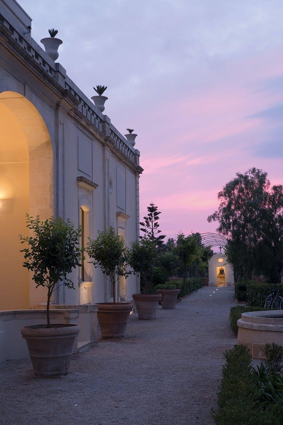 tusmørke romantisk atmosfære Italien pergola med vinstokke citrontræer store krukker
