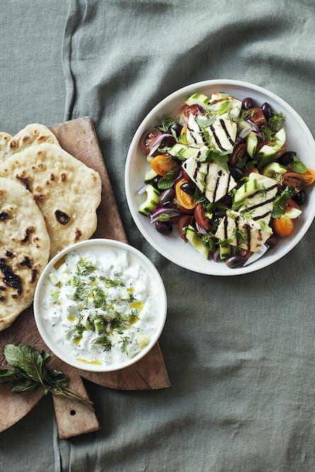 Græsk salat med grillost