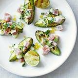 tuntatar med grillet avokado, lime og agurk
