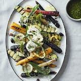 Grillede små nye grøntsager med citron, oliven og burrata