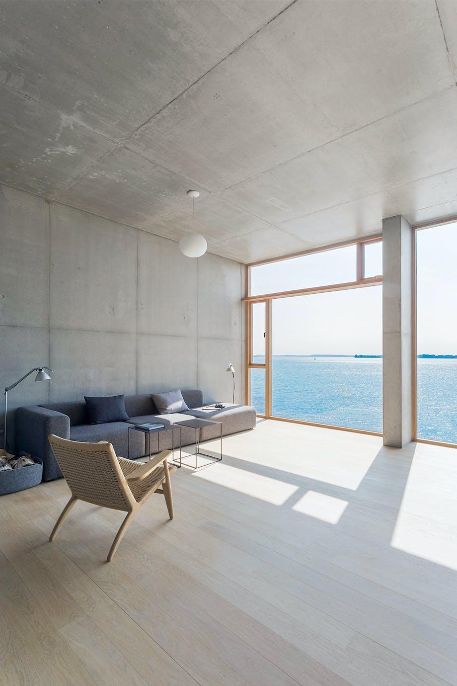 Stue Beton sofa fra HAY lænestol fra Hans J. Wegner Flensborg Fjord