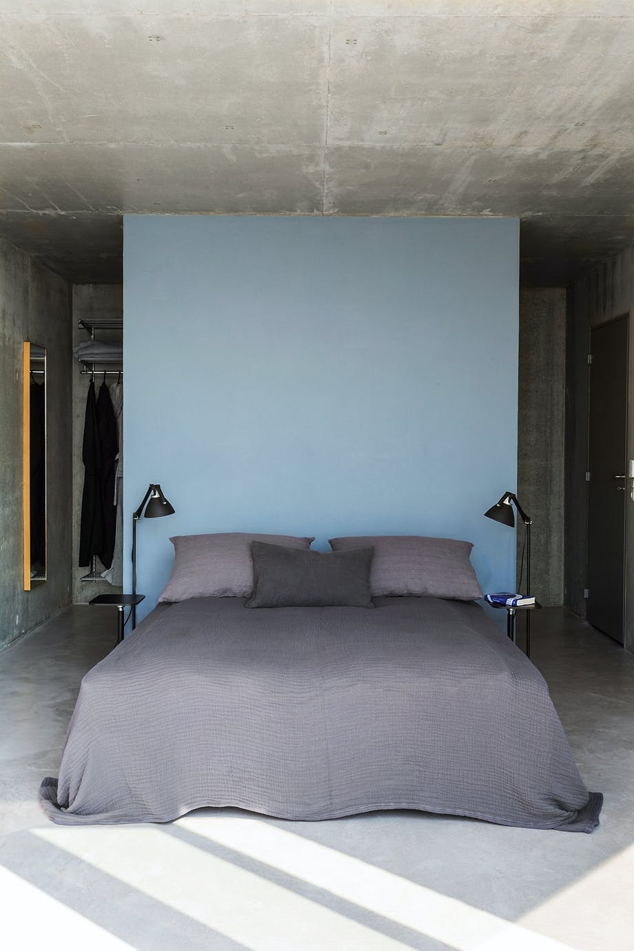 soveværelse beton halv væg garderobe