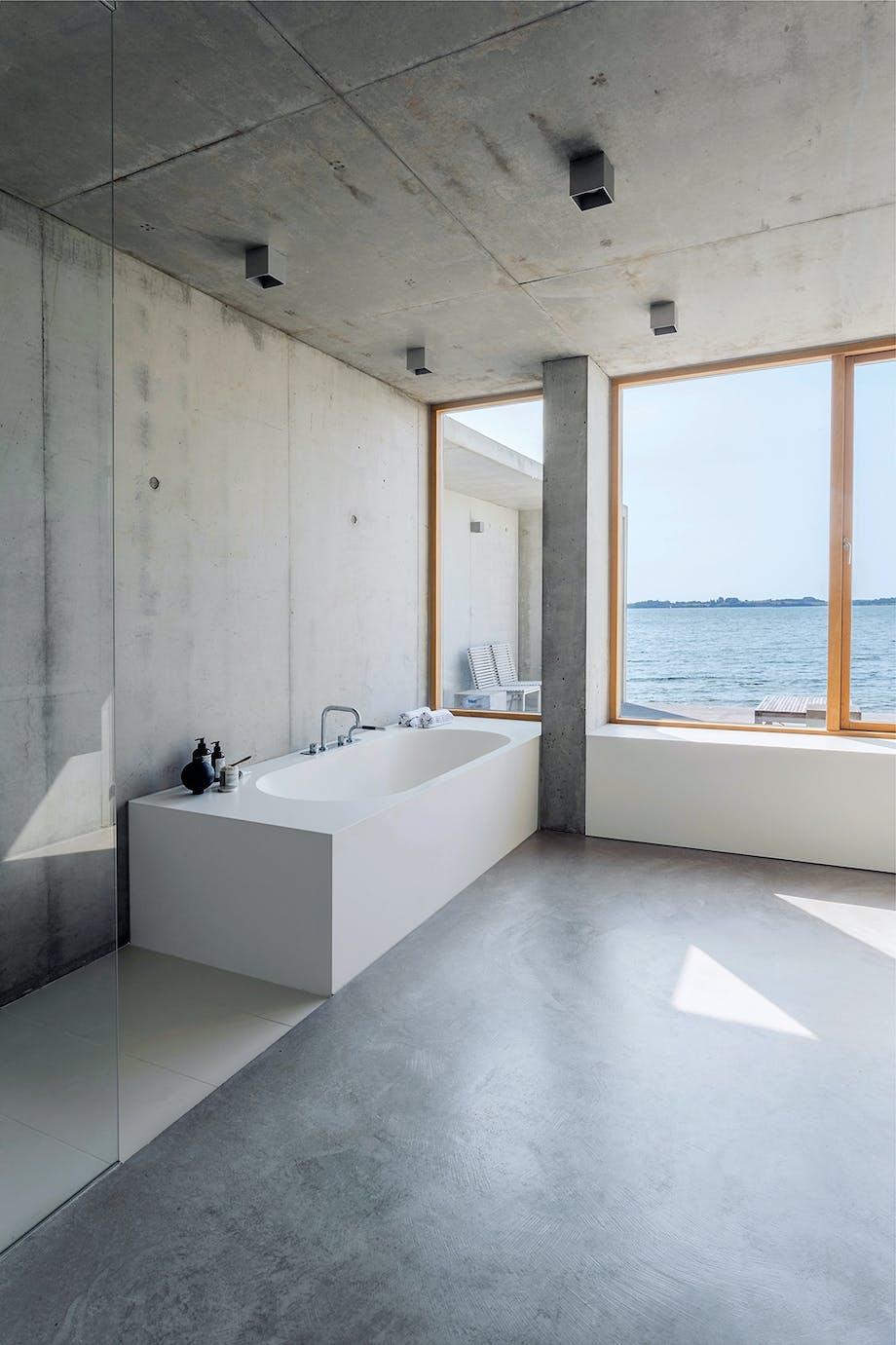 Badeværelse badekar beton Flensborg Fjord minimalistisk