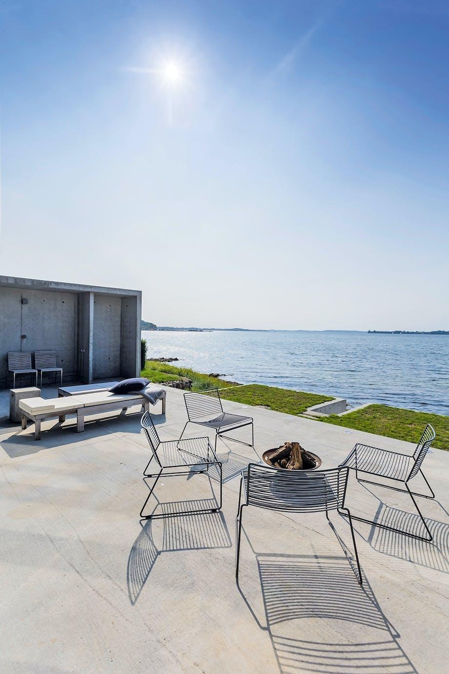 Betondækket terrasse Stole fra HAY træbænk fra Skagerak Flensborg Fjord