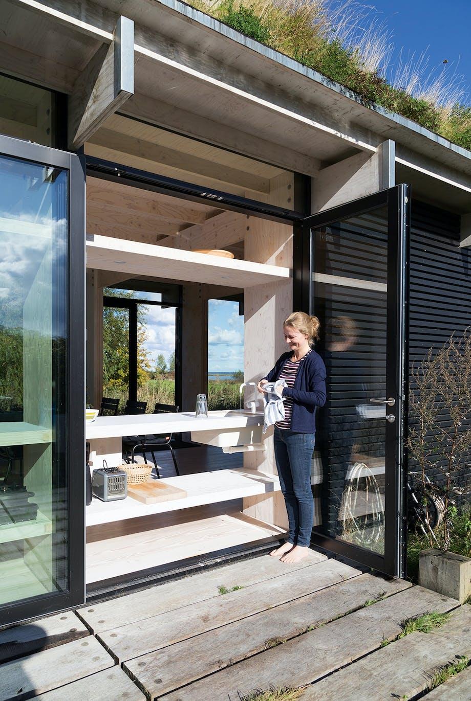 Mirja Larsen i udekøkkenet i det arkitekttegnede sommerhus