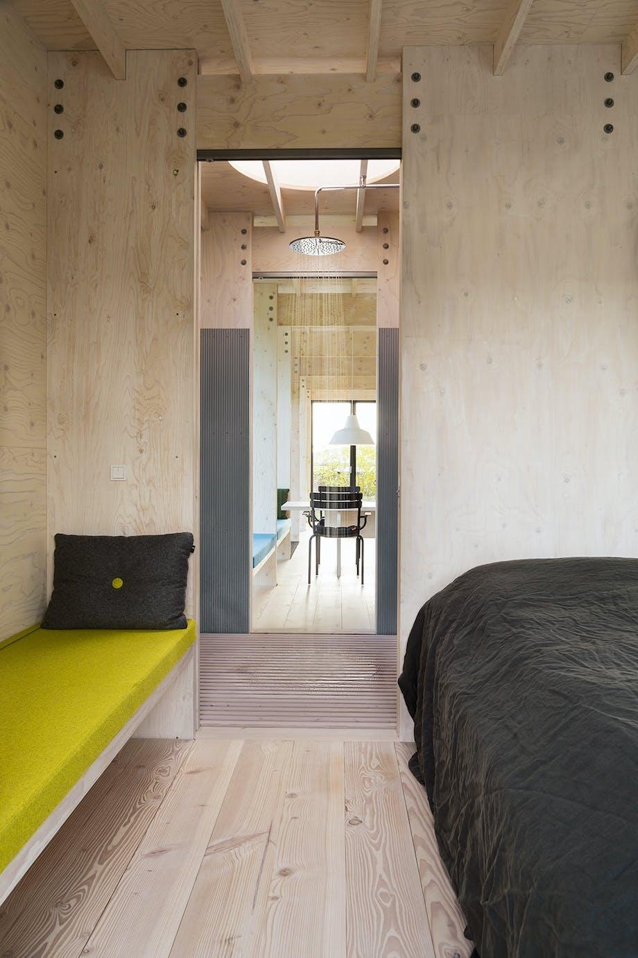Rene linjer gennem sommerhuset. Soveværelse, badeværelse og stue.