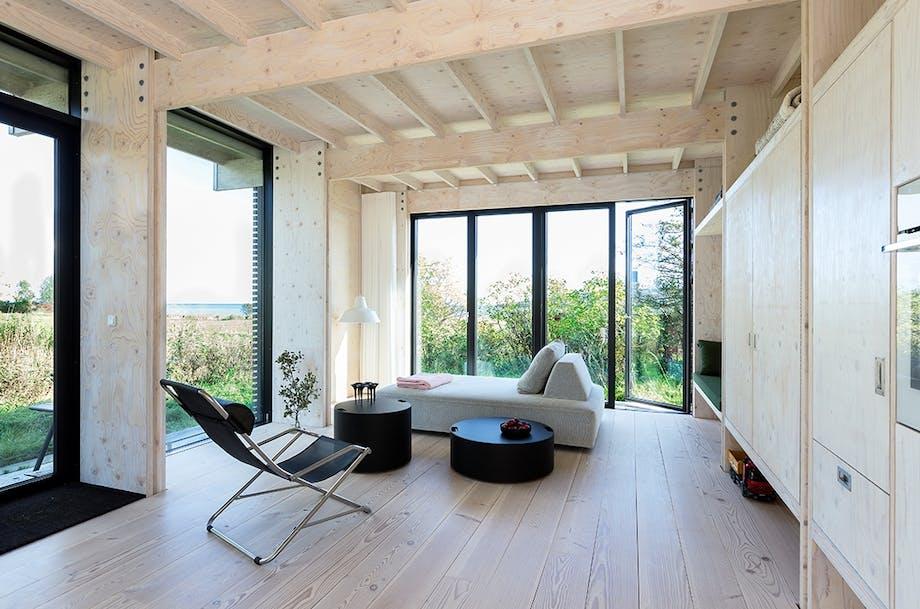 Arkitekttegnet sommerhus. Stue med udsigt til vandet.