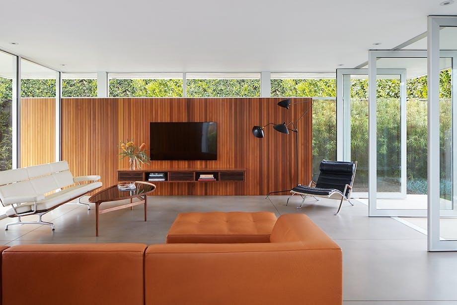 Moderne stue med klassisk Finn Juhl sofabord