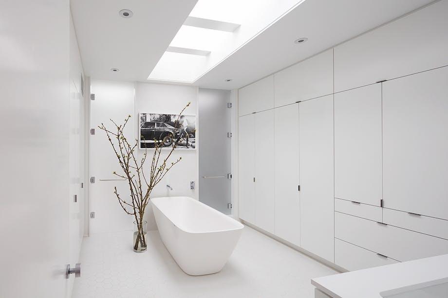 Badeværelse med badekar og walk in closet