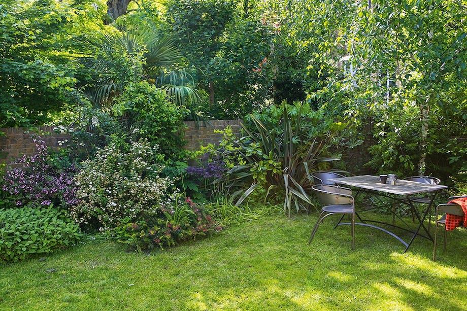 Have med cafesæt og planter