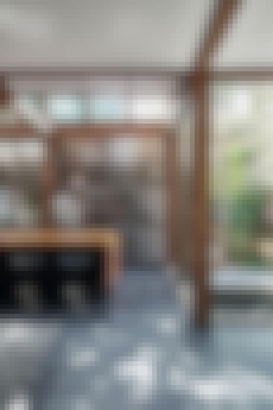 Køkken med vinduer og stålskabe
