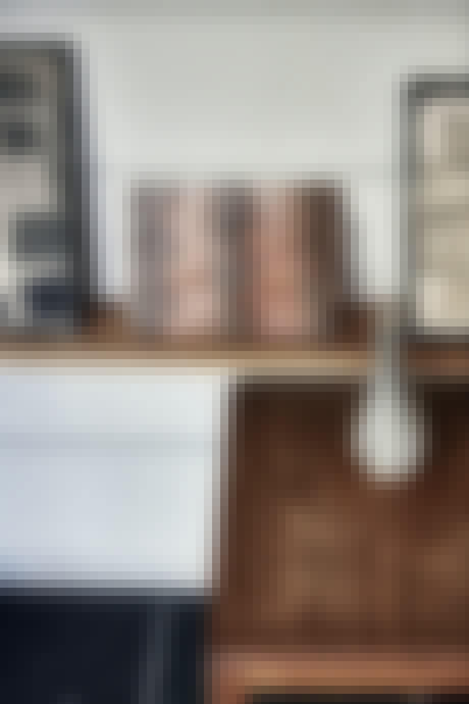 Kunst med sofabord og vase