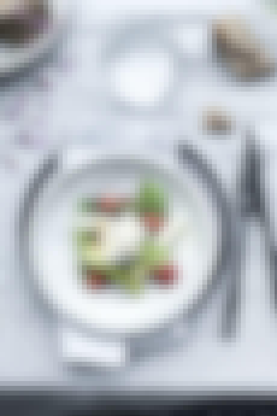 Grillede asparges med burrata, jordbær og basilikum
