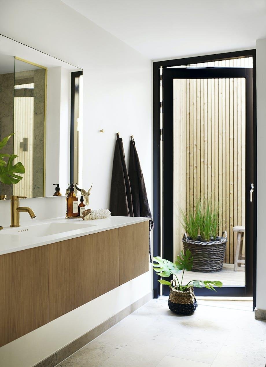 Badeværelse med stort spejl og håndvask