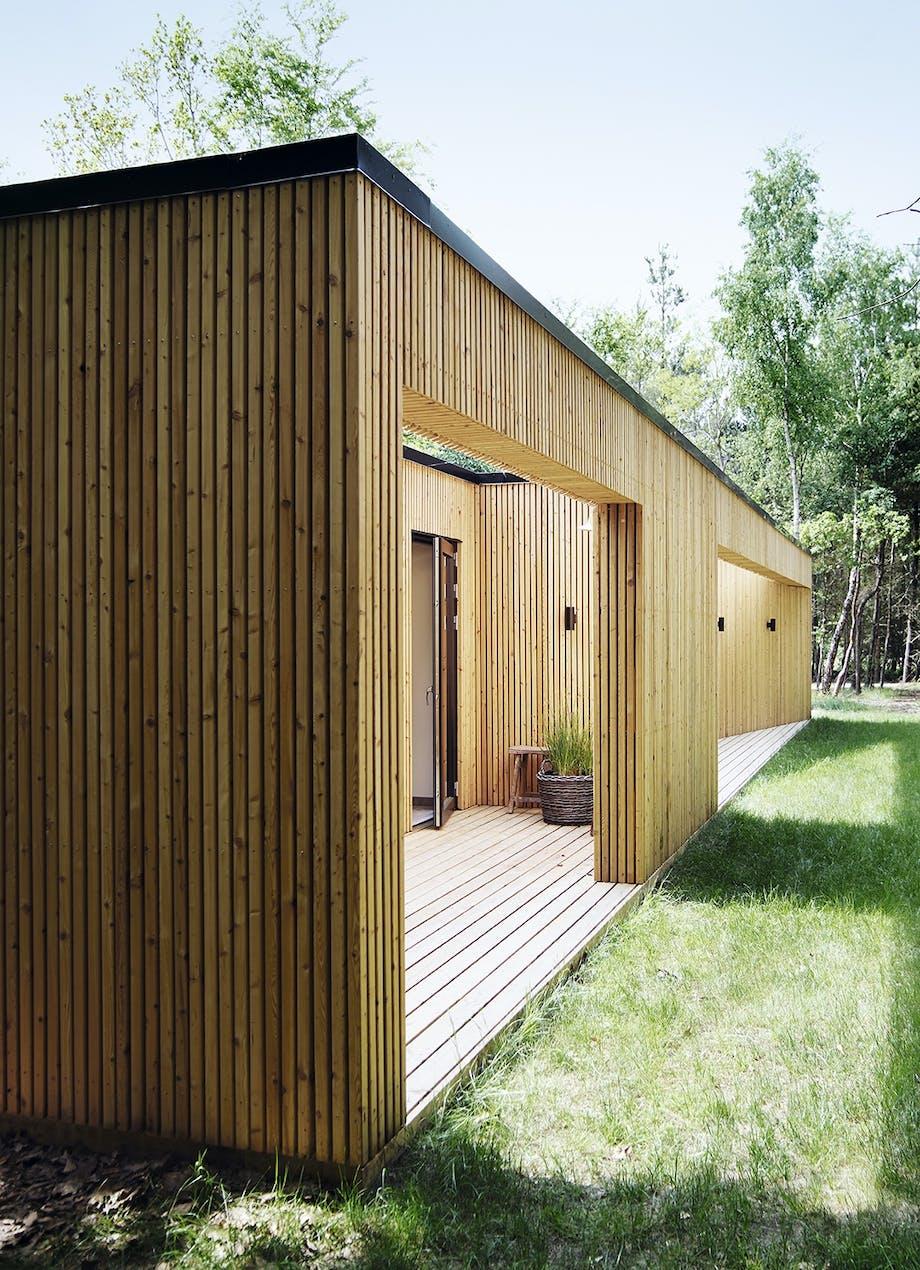 Indbygget og åben terrasse i træhus