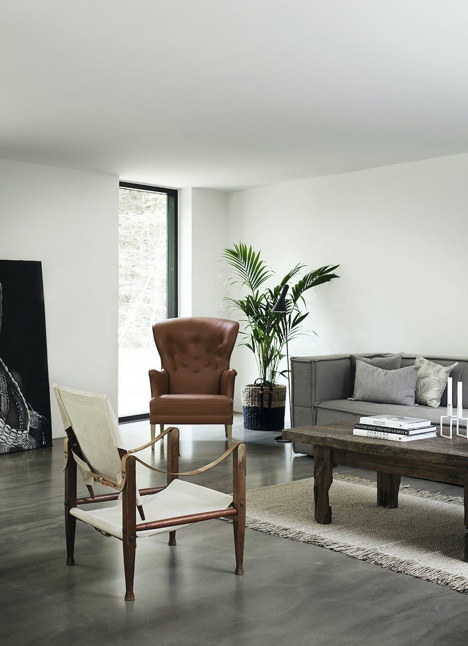 Opholdsstue med sofa, lænestole og sofabord