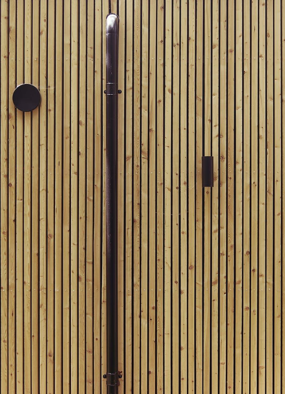 Nedløbsrør på træhus