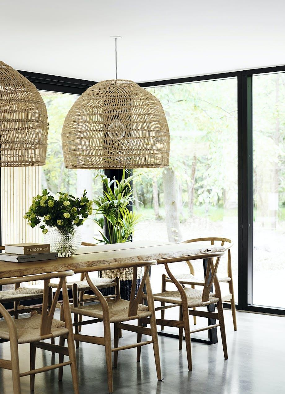 Spisebord med store lamper i træflet