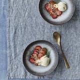 Carpaccio af jordbær med lime og koldskål-is