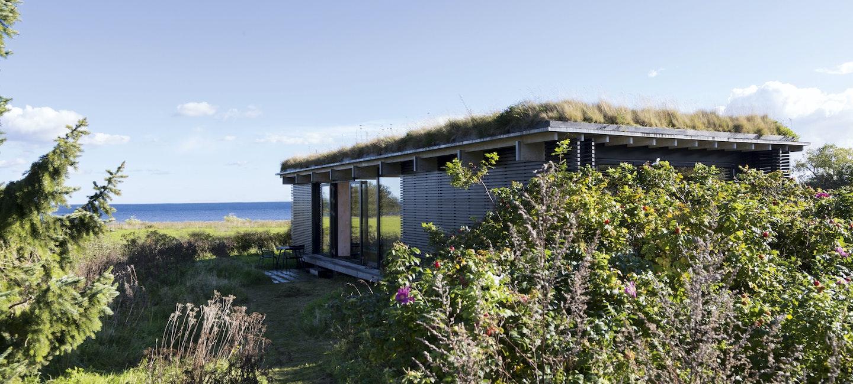 I naturskjønne omgivelser har arkitektene bygget en enkel og ærlig hytte innredet som et stort møbel