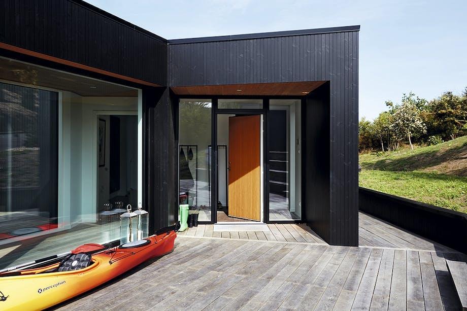 Terrasse med kajak og kig ind i entreen