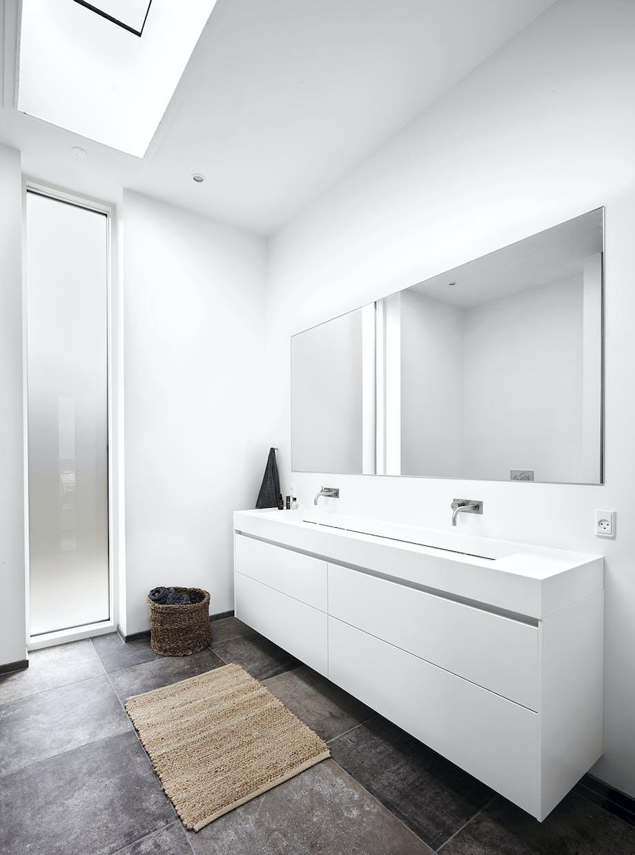 Badeværelse med dobbel håndvask og stort spejl