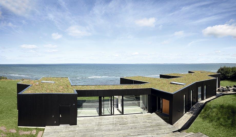 Luftfoto af hus med udsigt til vandet
