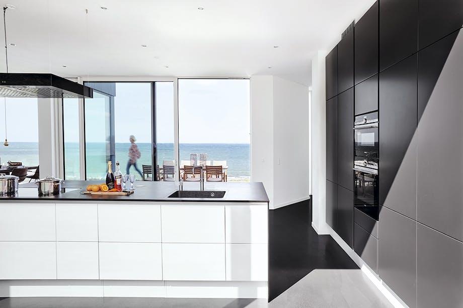 Køkken i sorte og hvide elementer