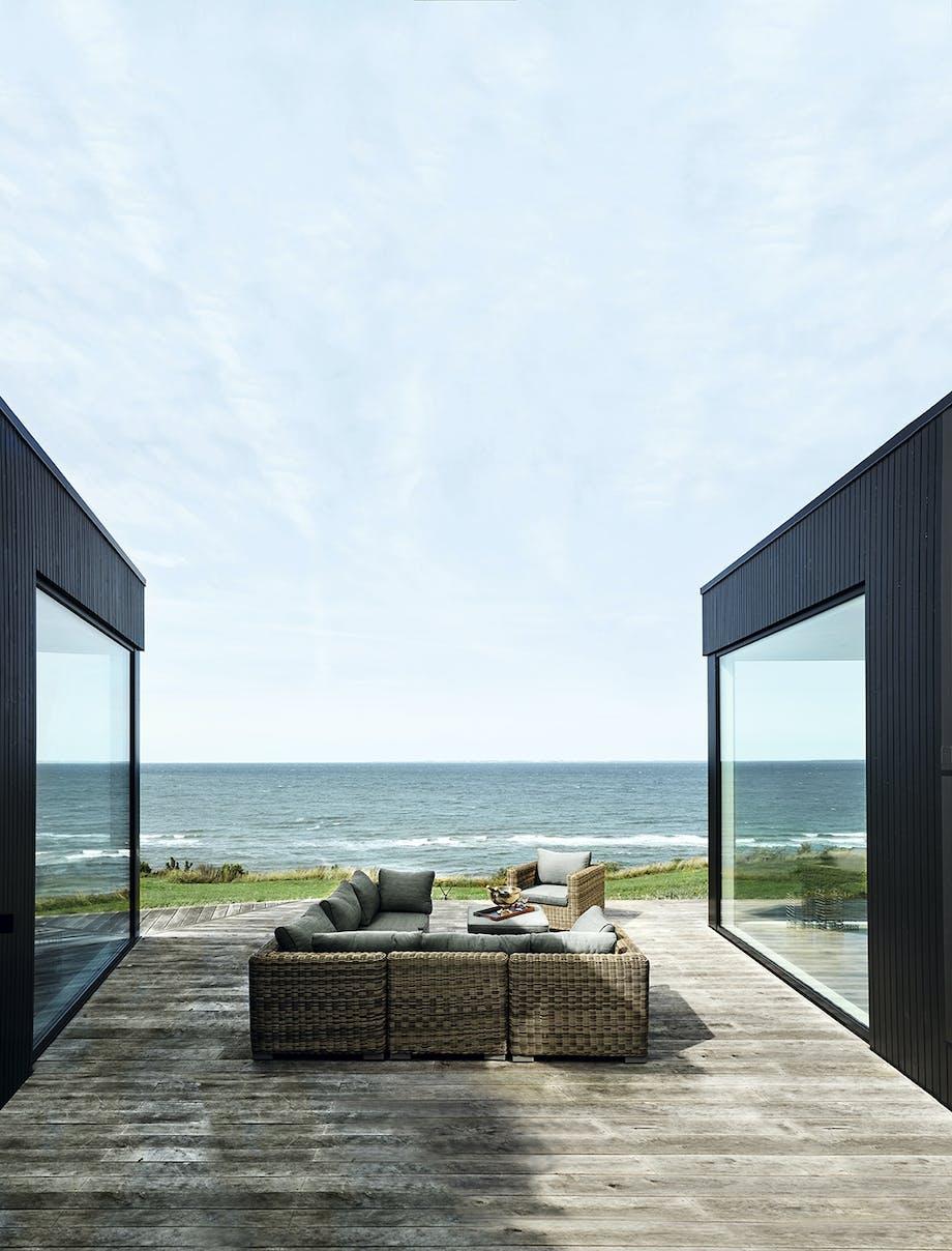 Loungeområde med udsigt udover havet