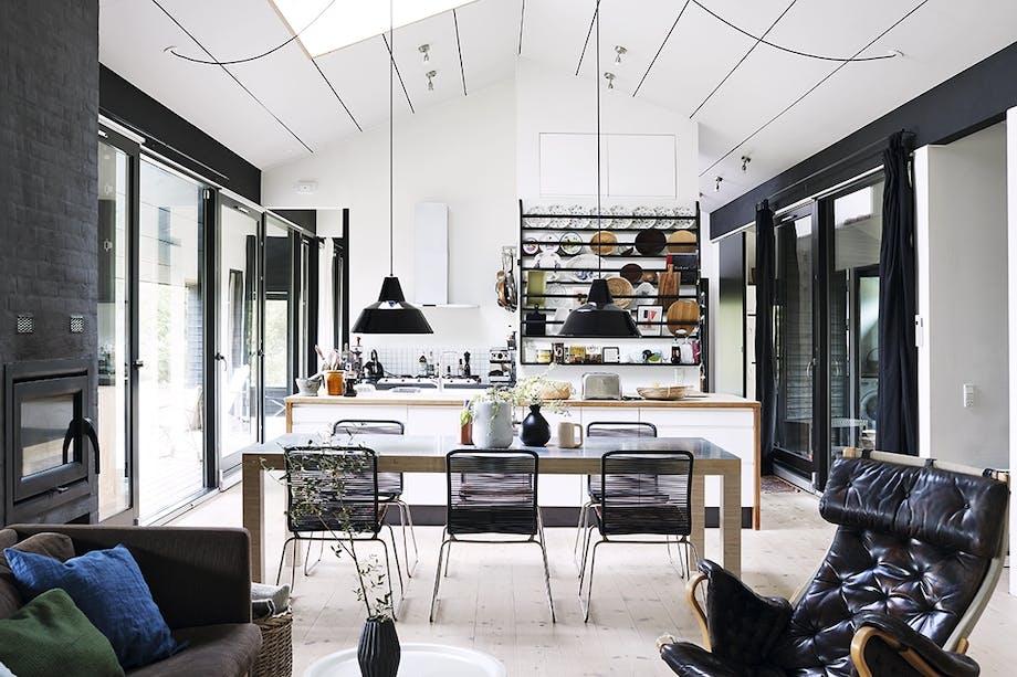 Køkken og spisestue med udsigt til begge sider