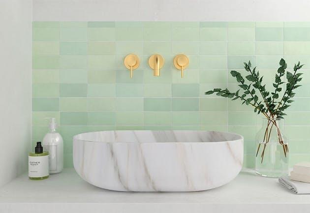 Mintgrønne fliser på badet er i vinden.
