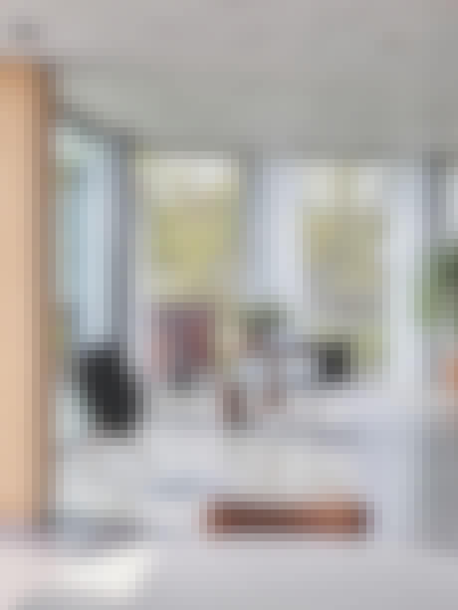 Beoplay A9-høytaler fra Bang & Olufsen, møbler, aluminiumstol, vindu