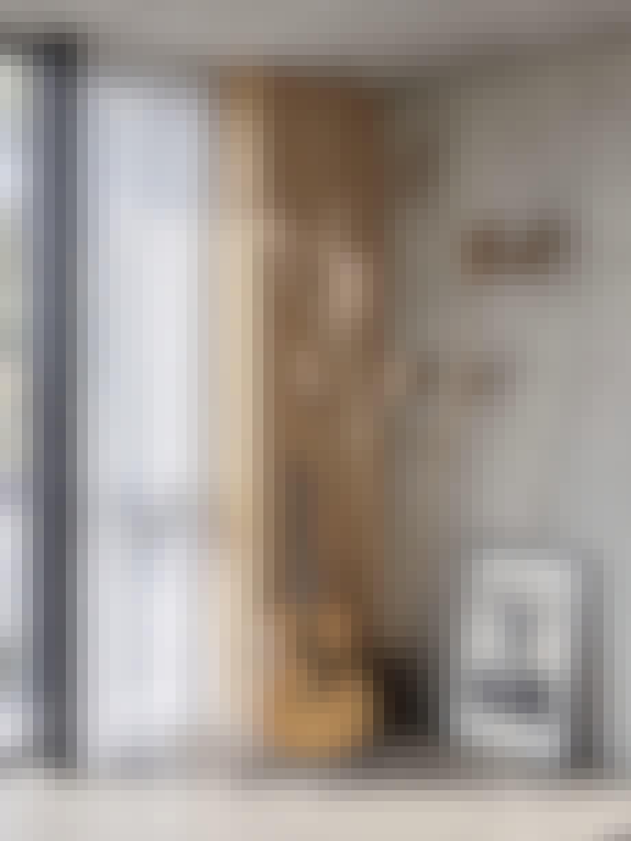Vindu, gardiner, tredetaljer, strå, betongvegg, gitar og plakat av Michael Kane