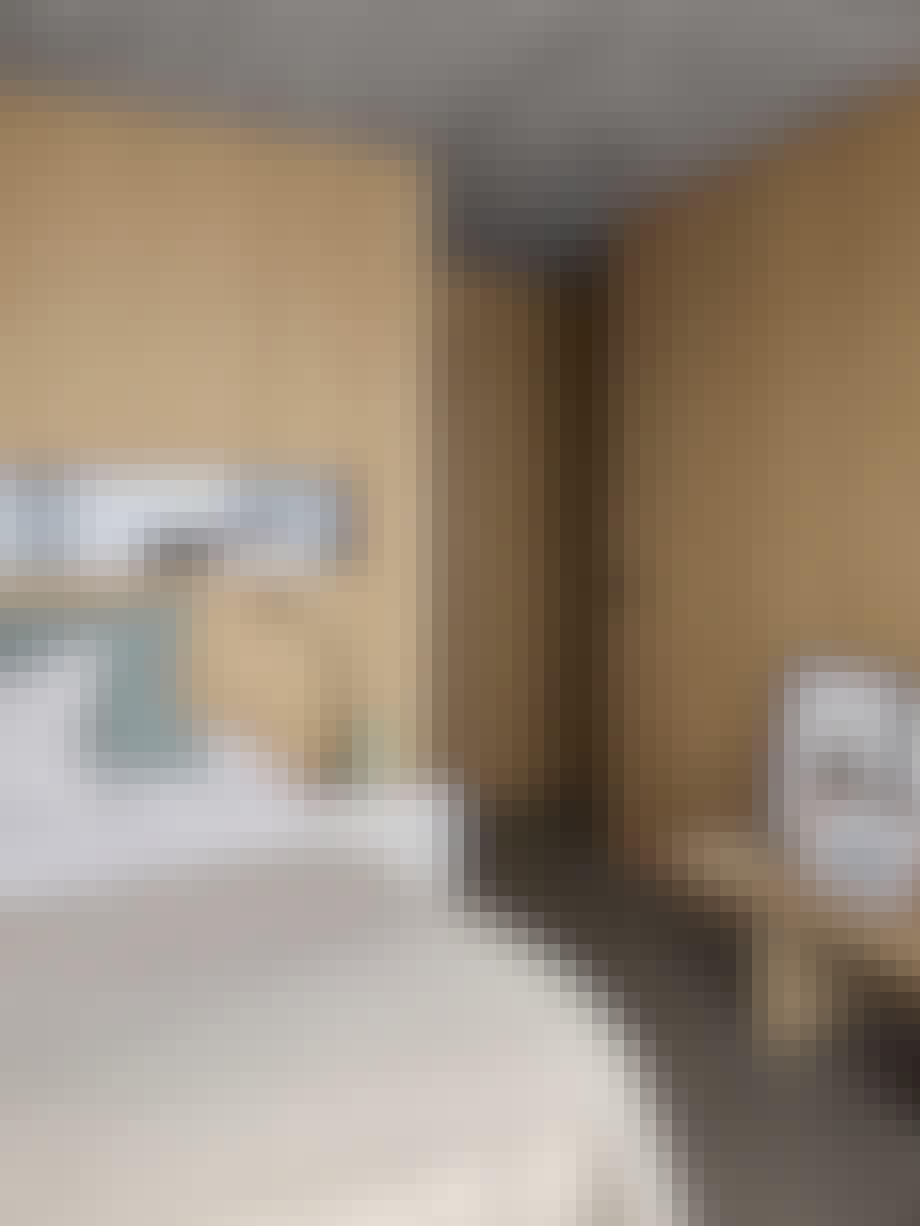 Soverom, vegger i eikefiner, nattbord, benk, bilder, nattlampe