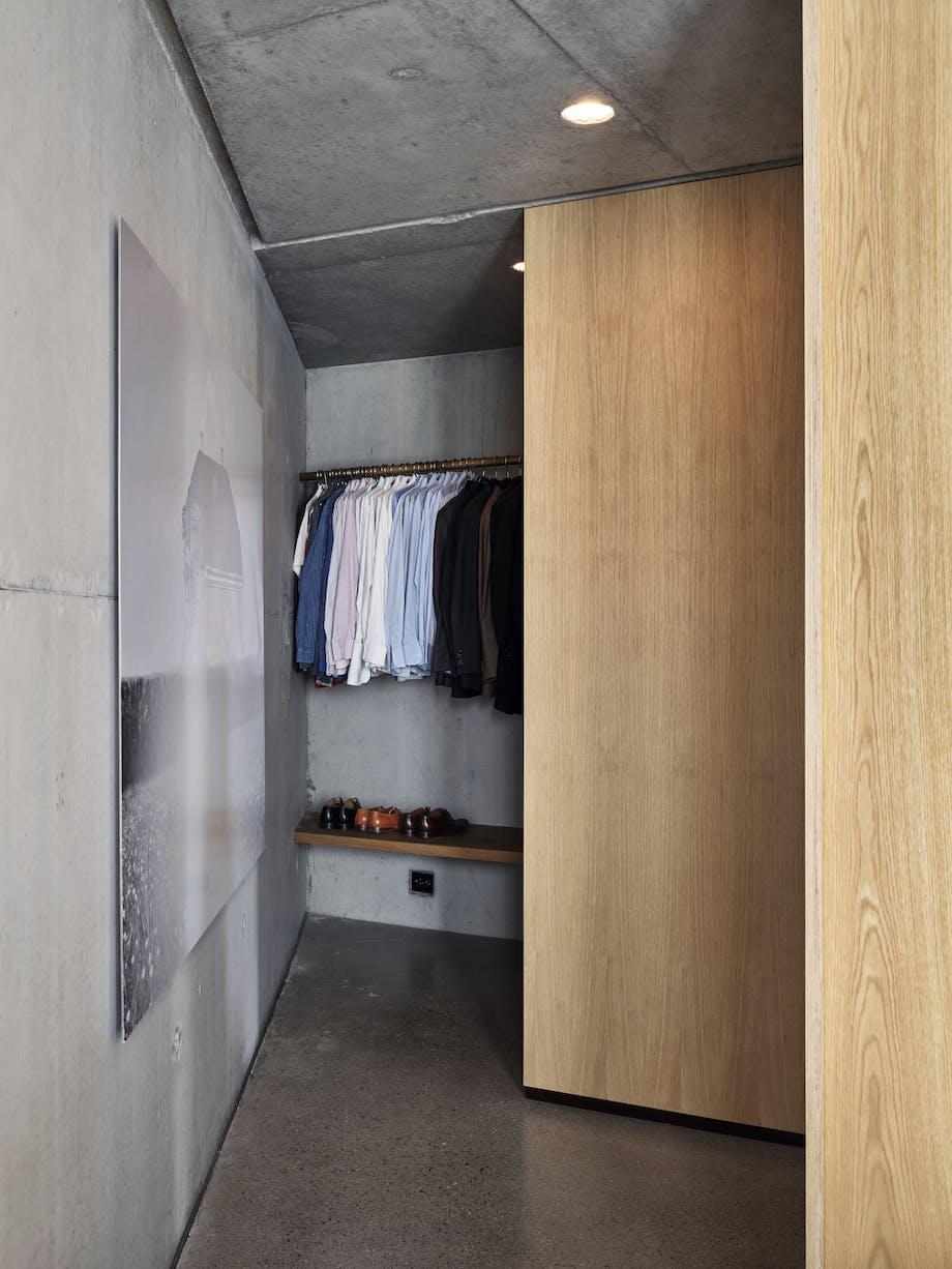 Garderobe, eikefiner, klær, bilde på veggen