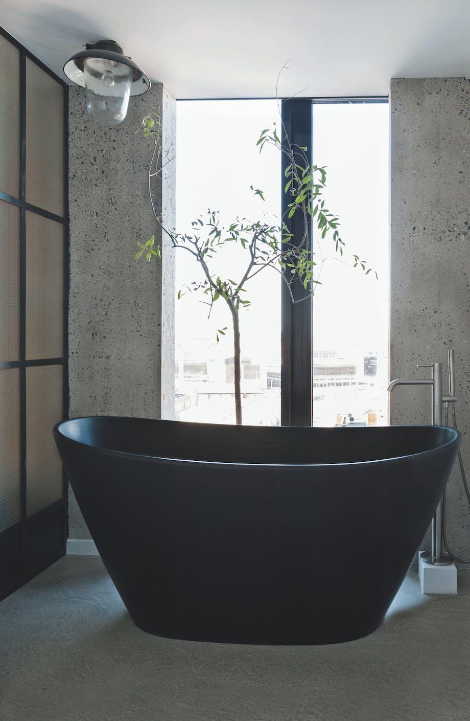 Badekar i industrielt badeværelse