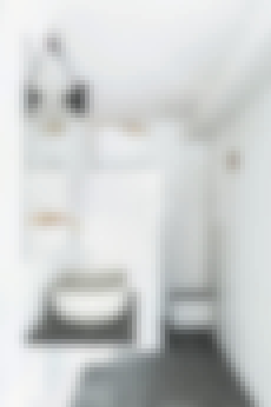 Badeværelse med hvide glaserede fliser og matte mønstrede fliser