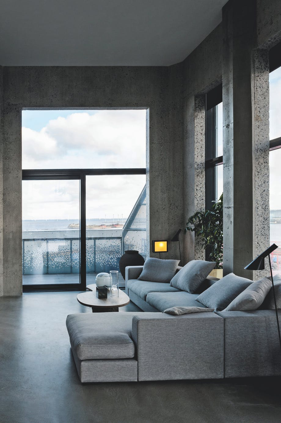Sofa i grå farver og sofabord af træ