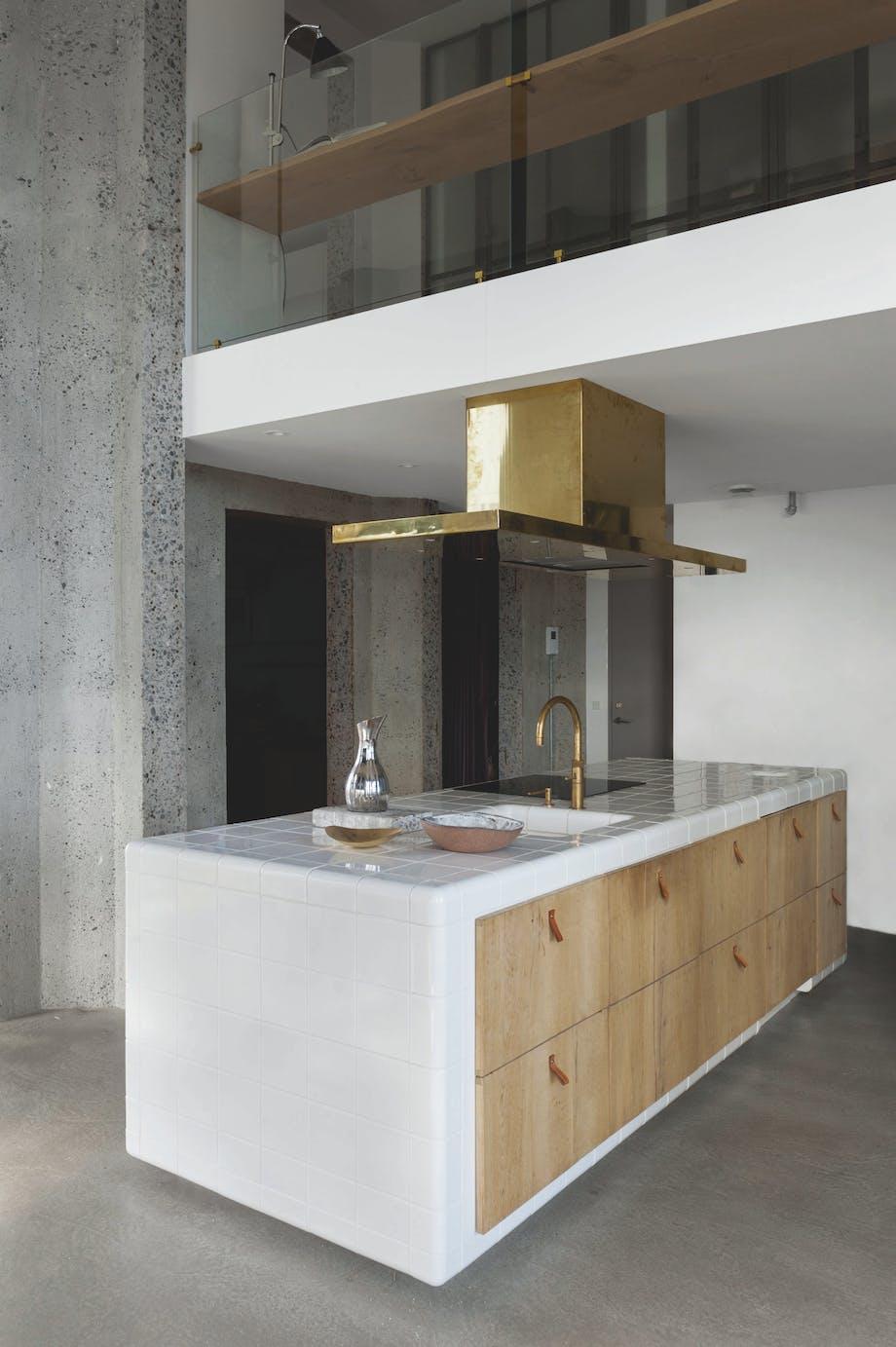 Køkken med hvide fliser og lyst birketræ