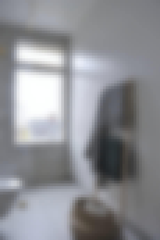 Stort vindu slipper inn lys på badet