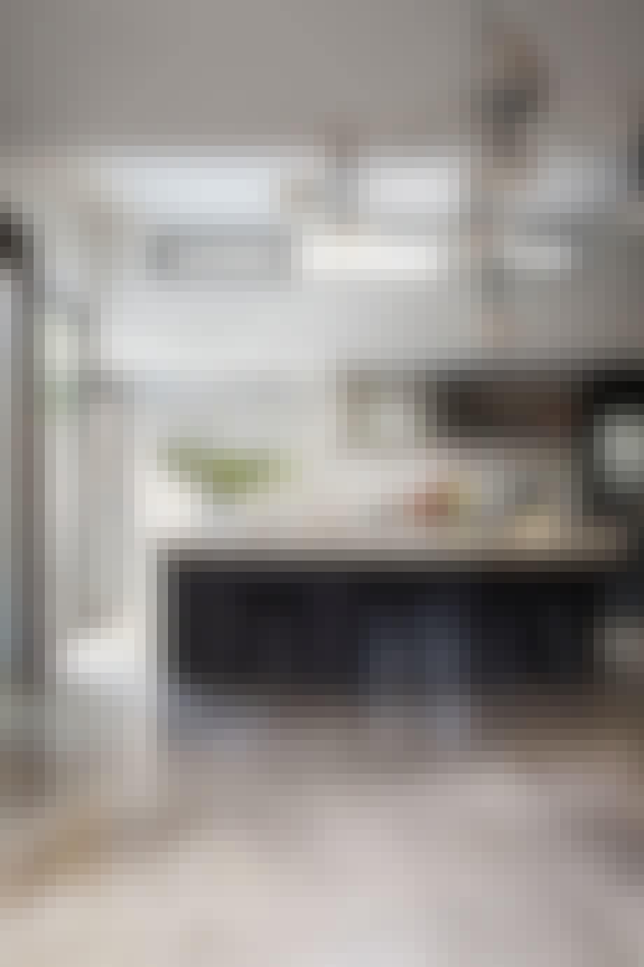 Moderne, svart kjøkken