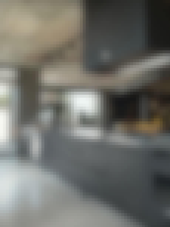 Kjøkken i svart og rustfritt stål