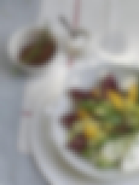 Salat med nektariner og rød quinoa
