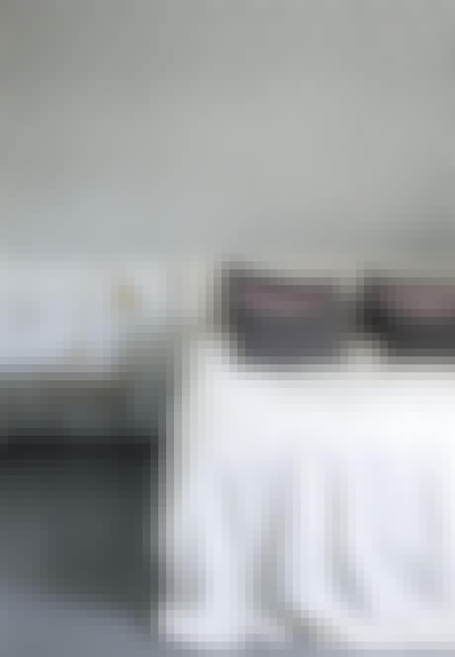 Soveværelse med mønstret tapet i neutrale farver