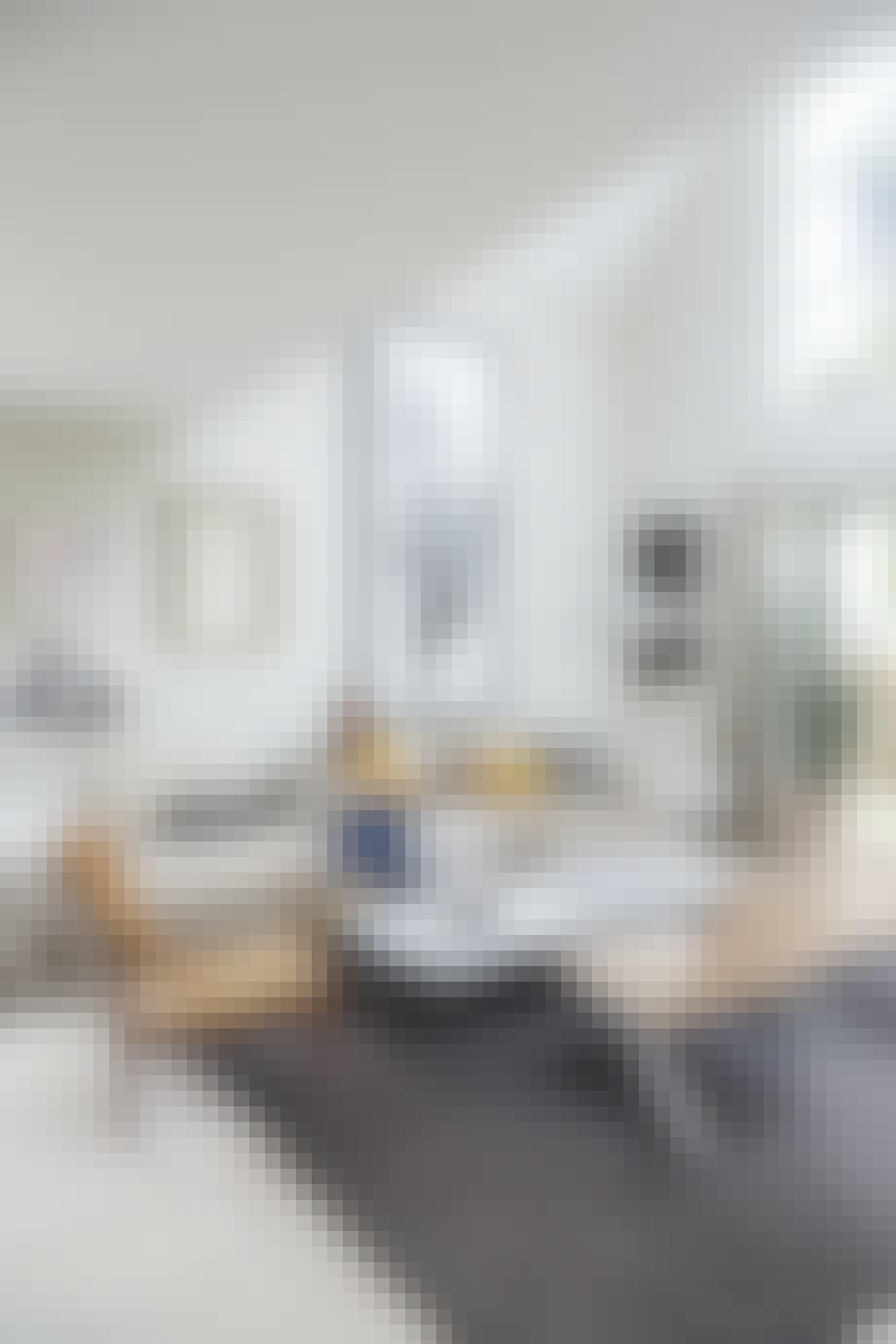 Flot stue med højt til loftet og smukt lysindfald