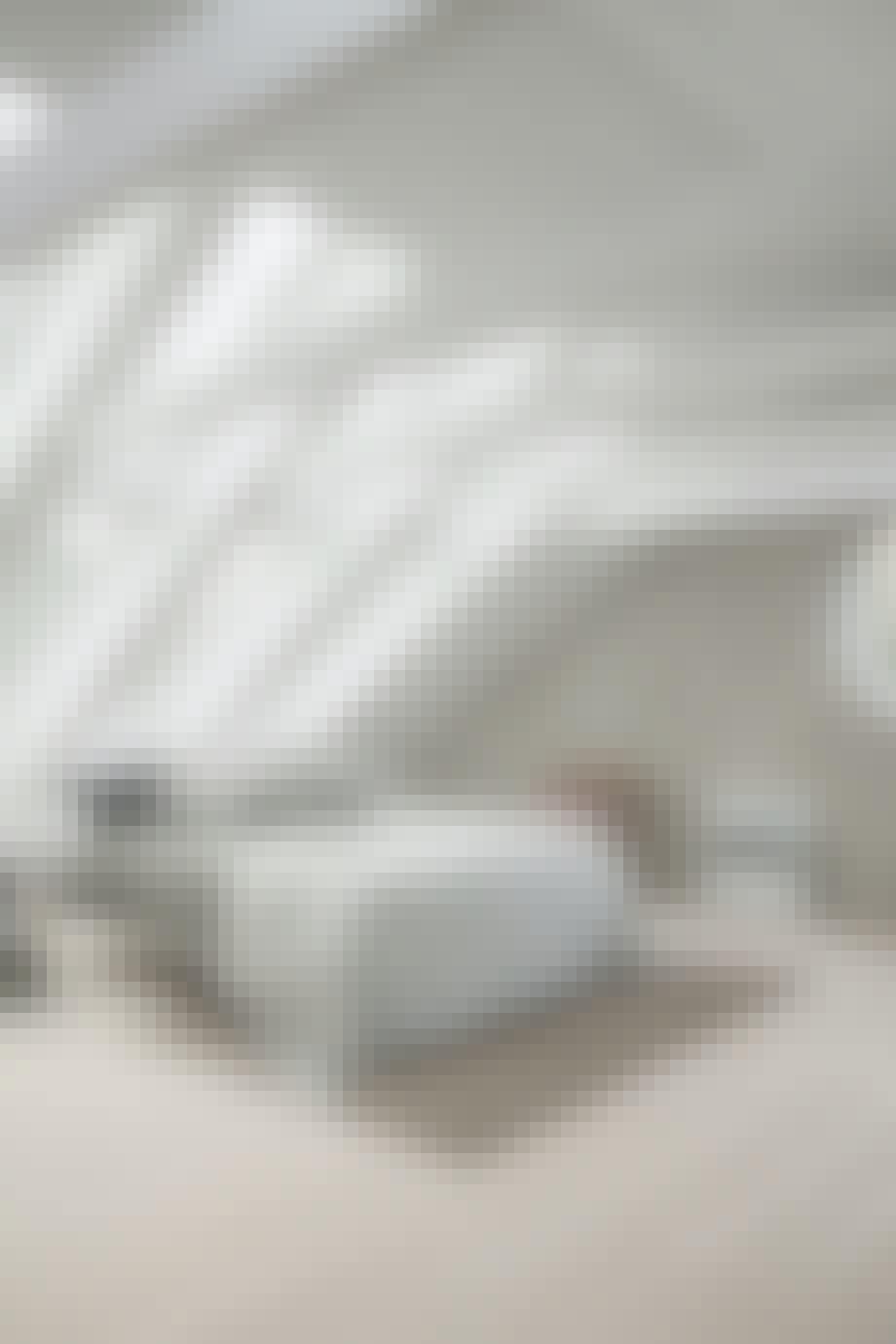 Stilrent soveværelse med smukt lysindfald