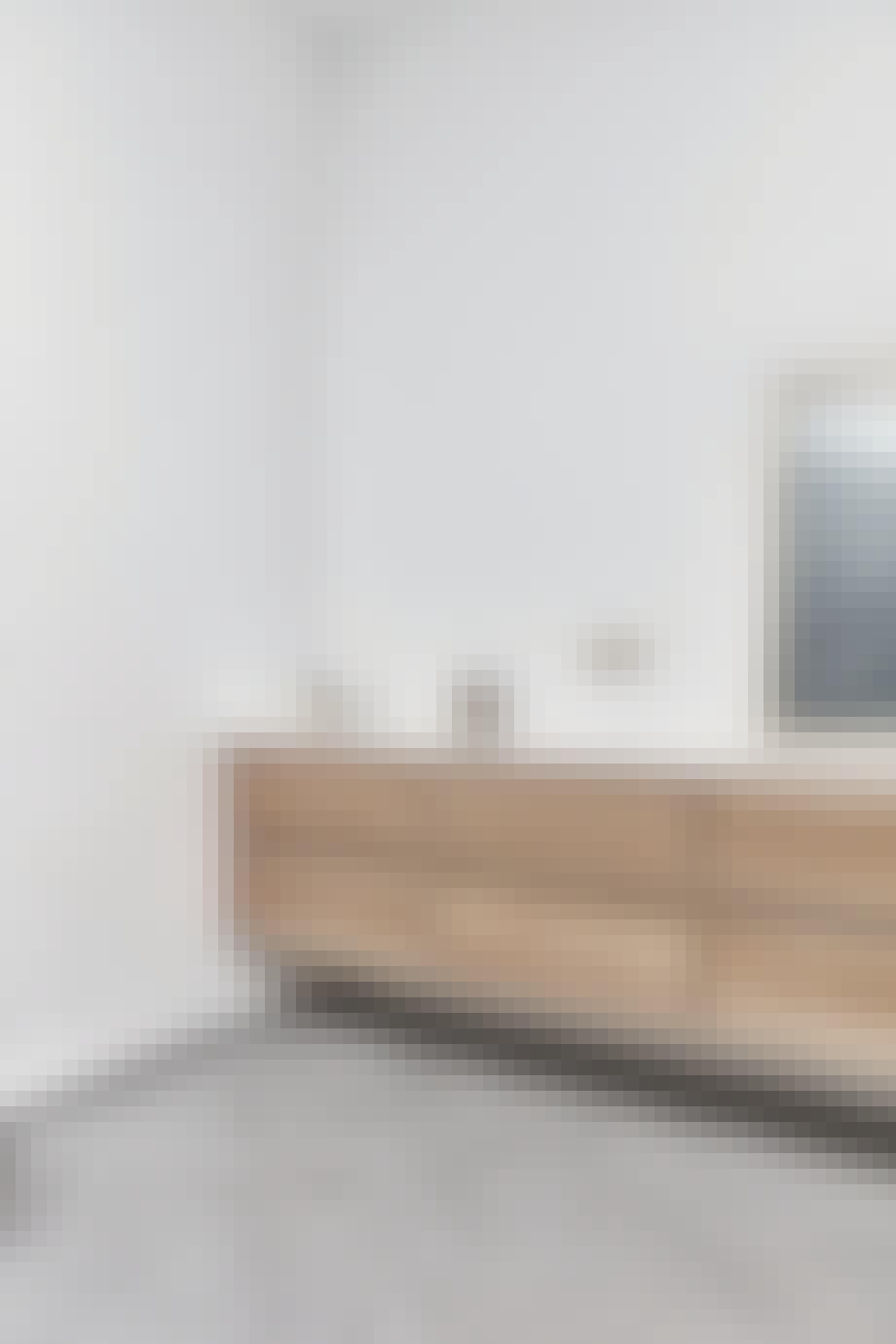 Eksklusivt badeværelse med fliser i sildebensmønster