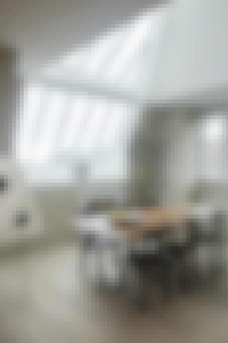 Lys spisestue med minimalistisk indretning