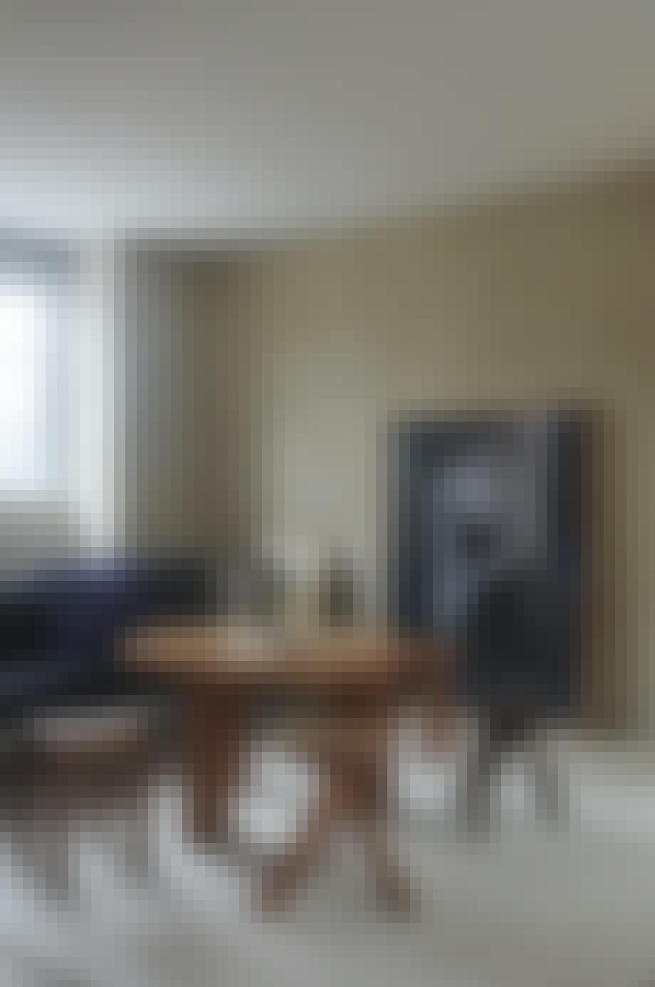 Minimalistisk indrettet hjem med mange trædetaljer