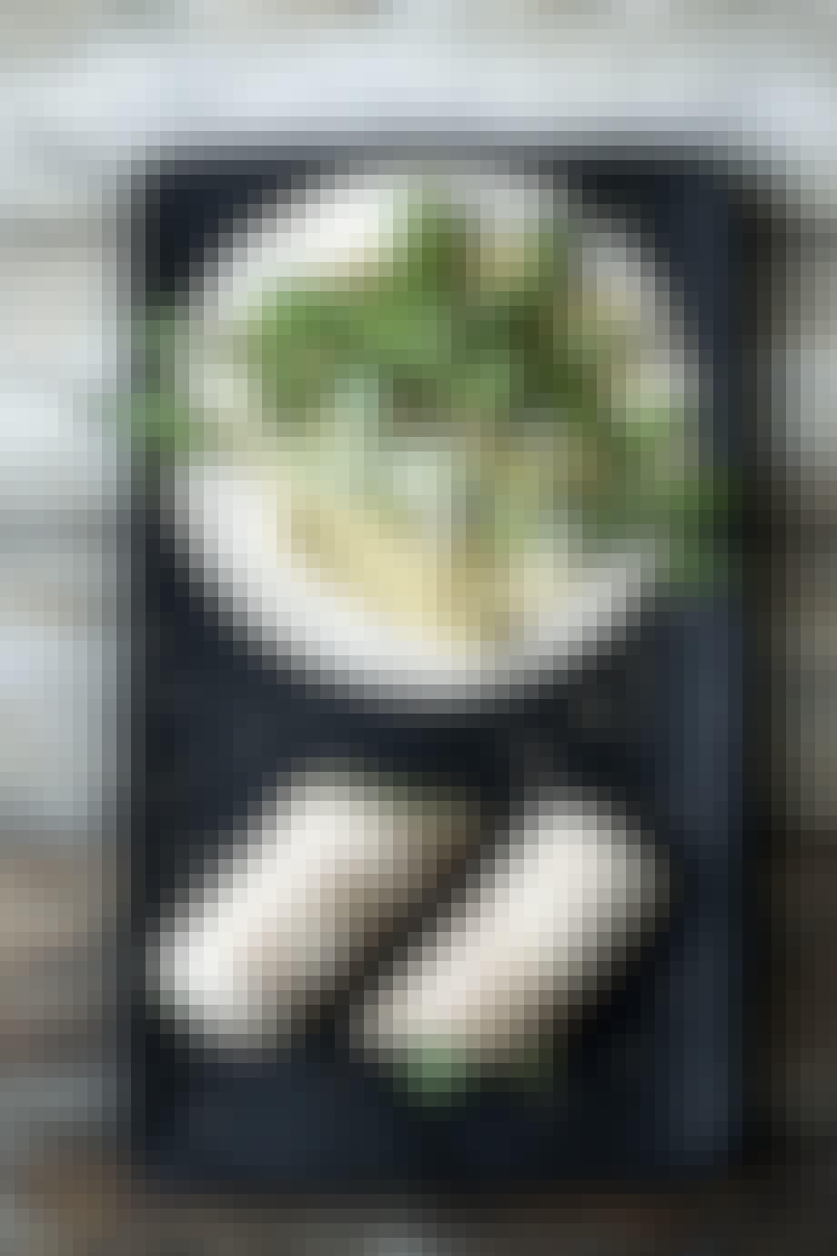 Vegge-wrap med hummus, kål, spicy agurk og sesam